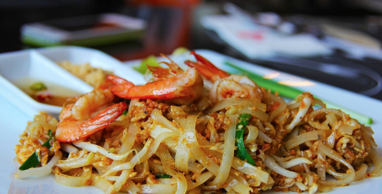 shrimp pad thai / photo via VisualHunt