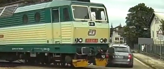 VIDEO: Driver Flirts with Death at Level Crossing