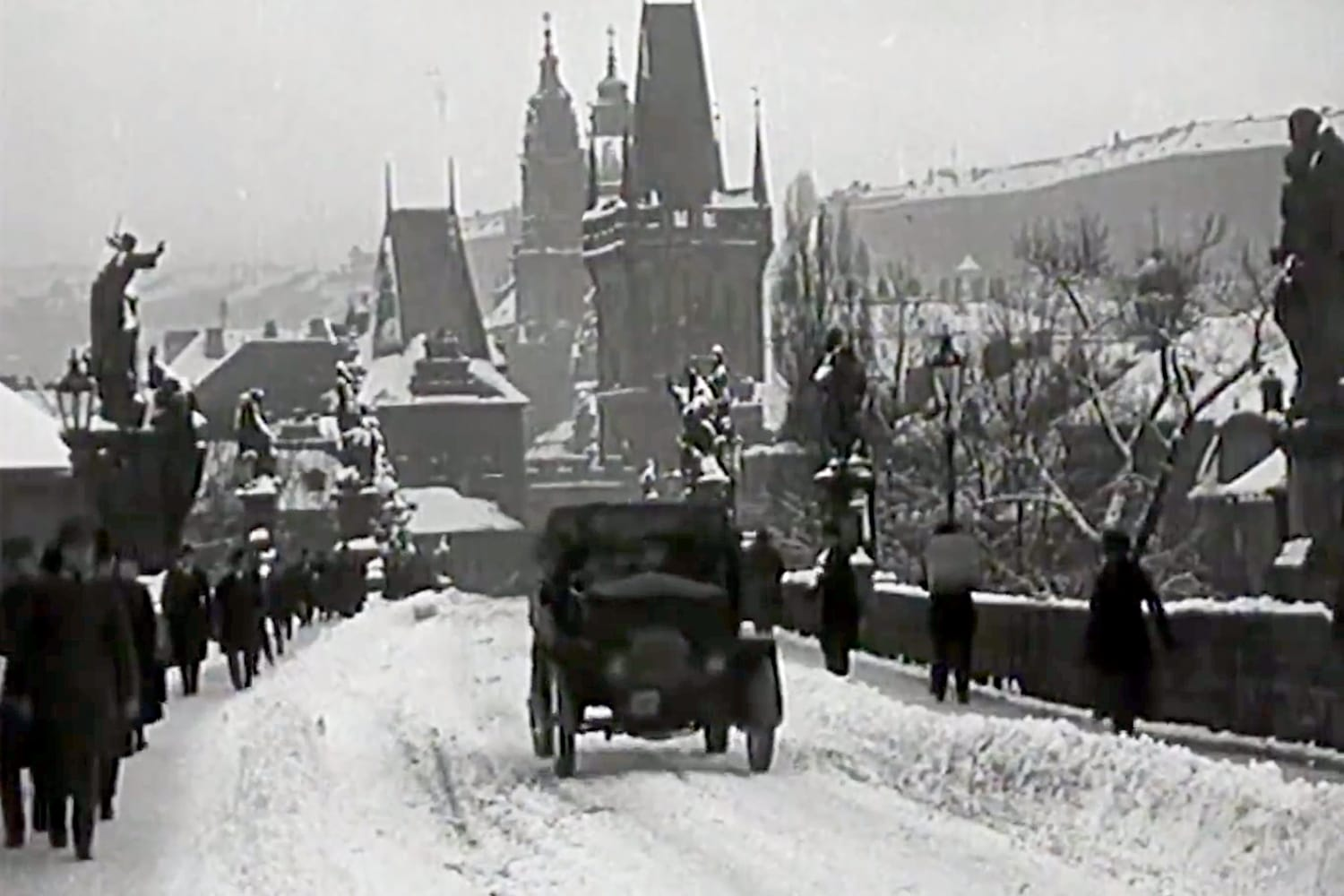 VIDEO: Romantic footage of snowy Prague from the 1920s