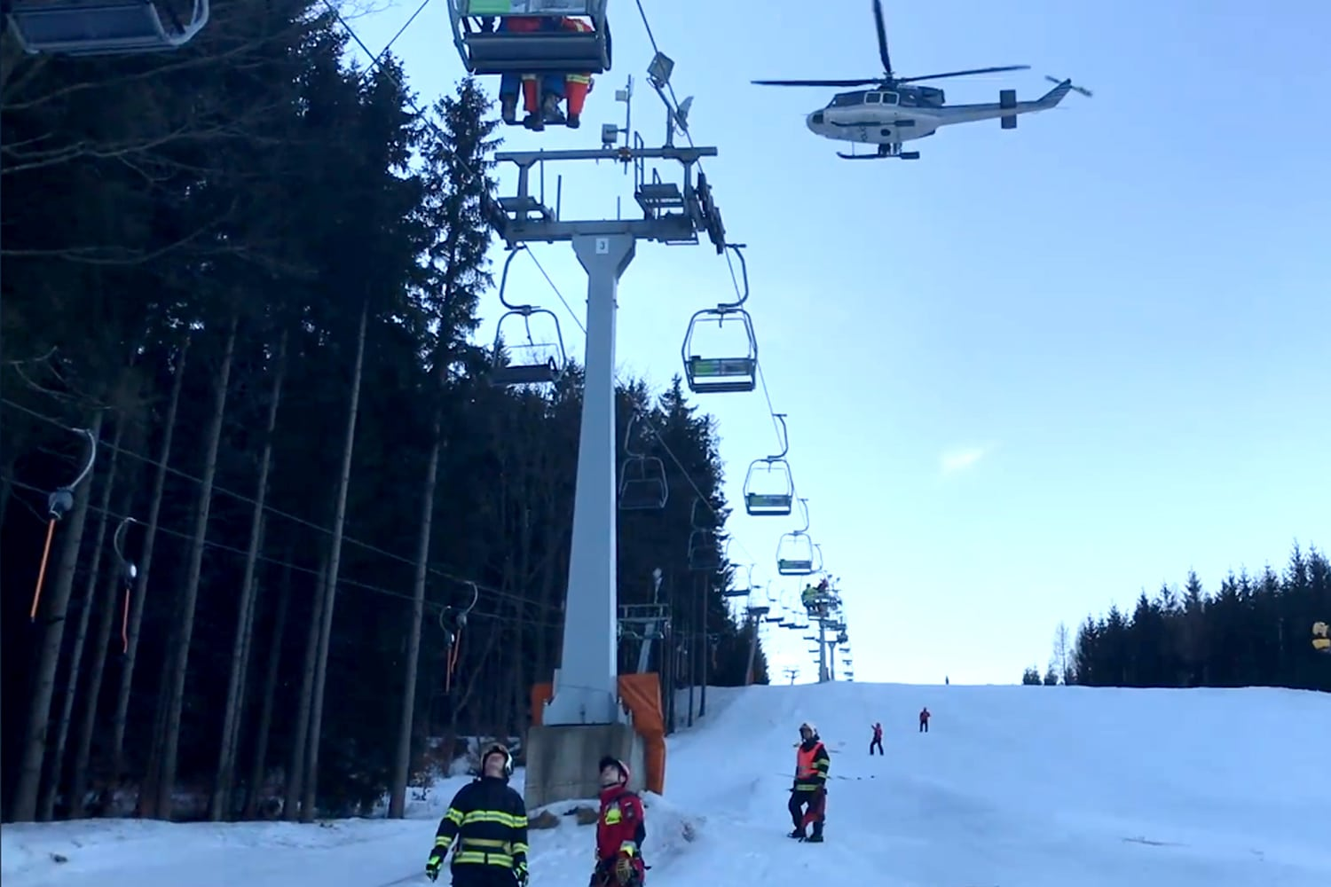 VIDEO: Czech emergency responders rescue 40 skiers trapped on chairlift