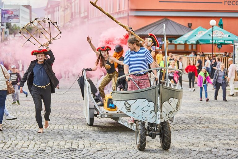 Prague to come alive with street theater, circus, and cabaret next week