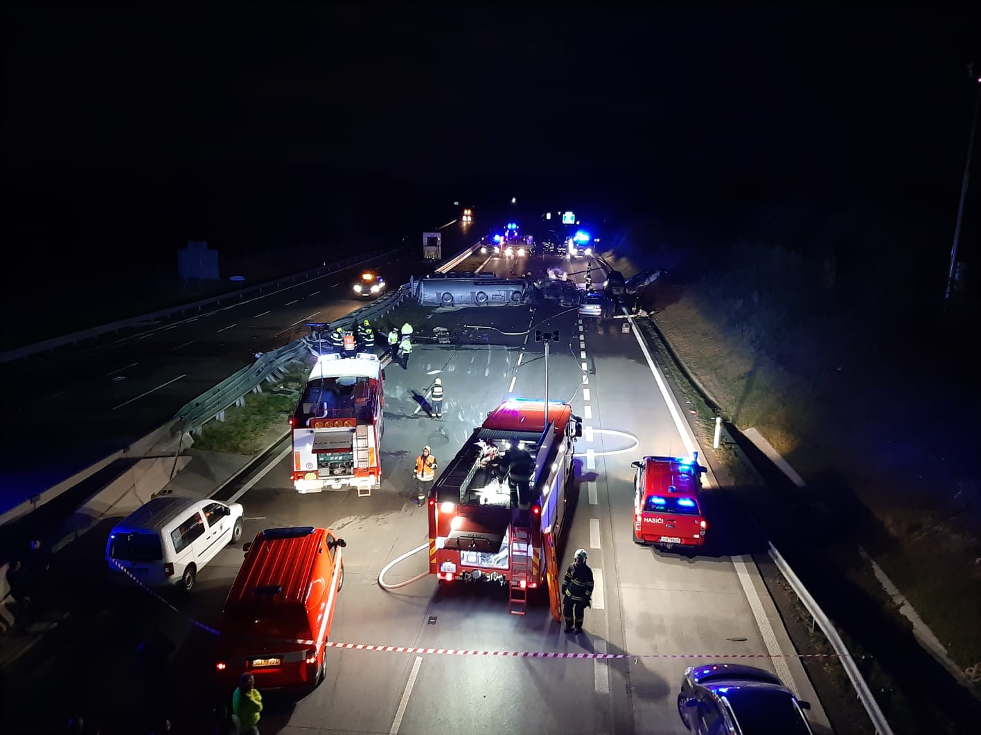 D1 highway from Prague to Brno remains closed after fiery fatal accident