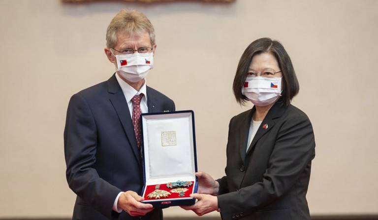 Taiwanese President decorates late Czech Senate head with the Order of Propitious Clouds
